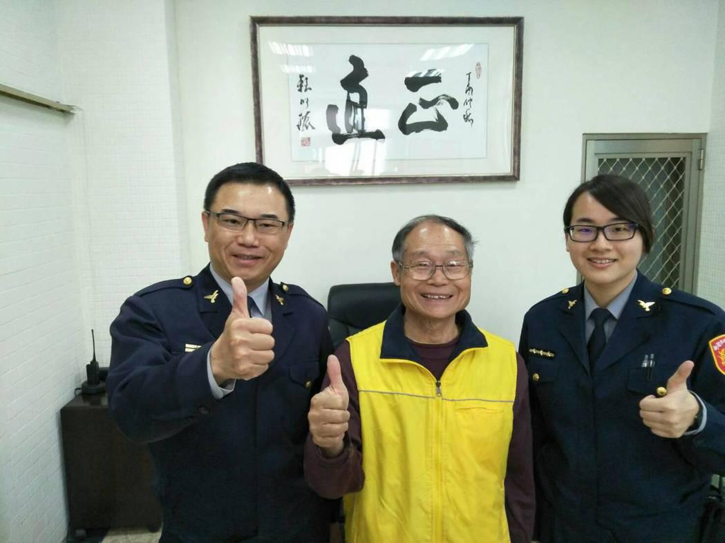 楊梅所長林祺笙(左起)、81歲長者都肯定警員王詩慧的表現。記者鄭國樑/翻攝