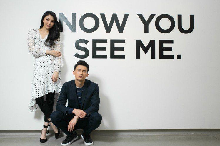 模特兒夏瑄穿黑白圓點上衣8,900元,黑白圓點裙子7,900元,黑色綁帶高跟鞋1...