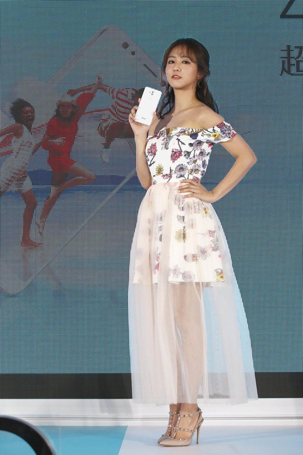 周曉涵下午代言華碩 ASUS ZenFone 5Q智慧型手機,大方分享個人自拍秘...
