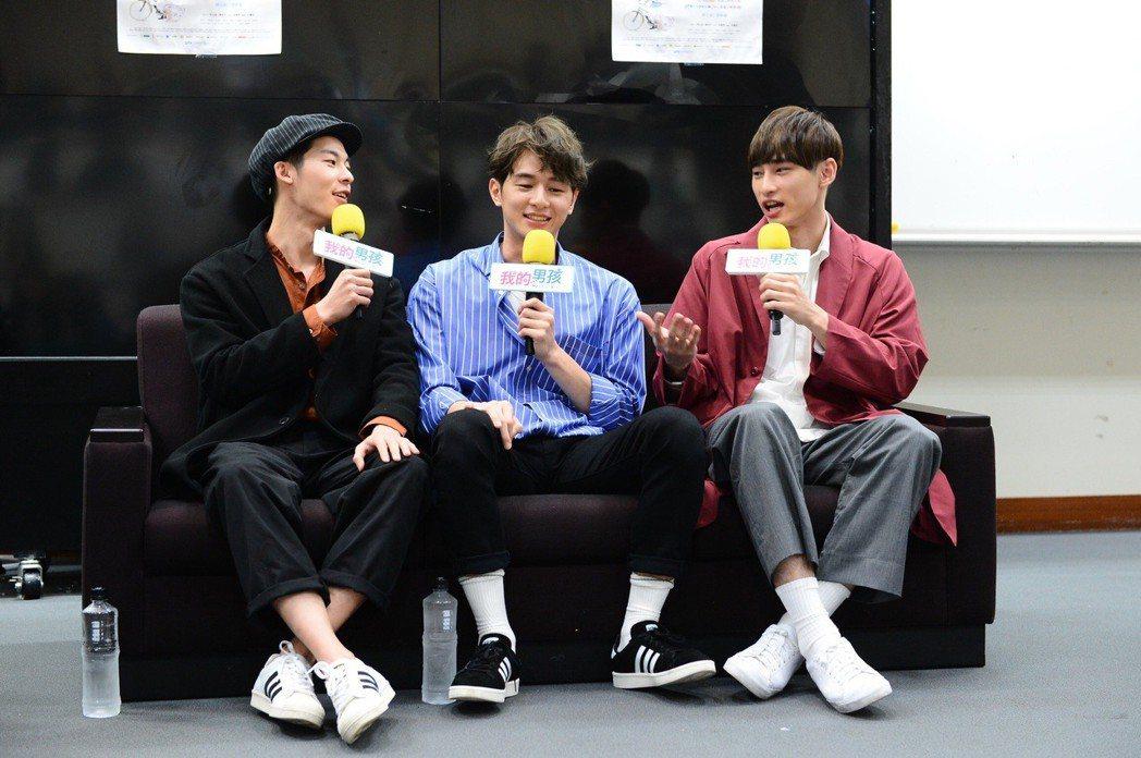 許光漢(左起)、張軒睿、章廣辰到校園宣傳「我的男孩」。圖/八大提供
