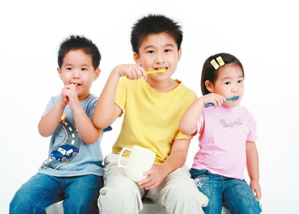 醫師指出,想要牙齒變白,最簡單也最省錢的方法就是「刷牙」,但得刷對牙,得秉持三大...