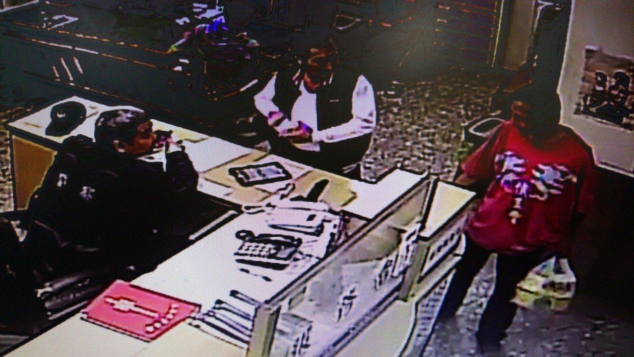 員警拿了數包泡麵交給王男(右),提醒他不要再亂拿別人東西。記者卜敏正/翻攝