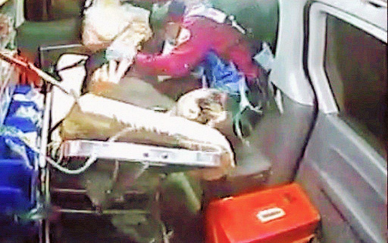 消防隊員將前村長姜林振德送醫瞬間遭撞擊。記者謝進盛/翻攝