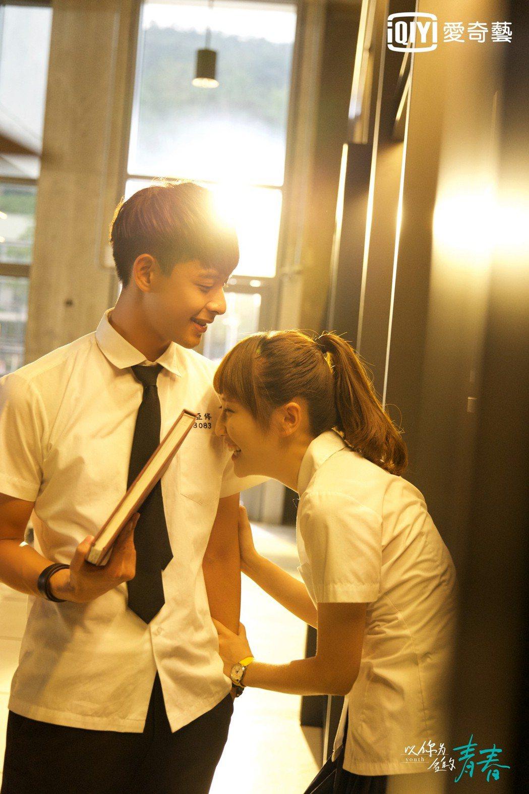 晨翔(左)演出「以你為名的青春」,有重回學生時期的感覺。圖/愛奇藝台灣站提供