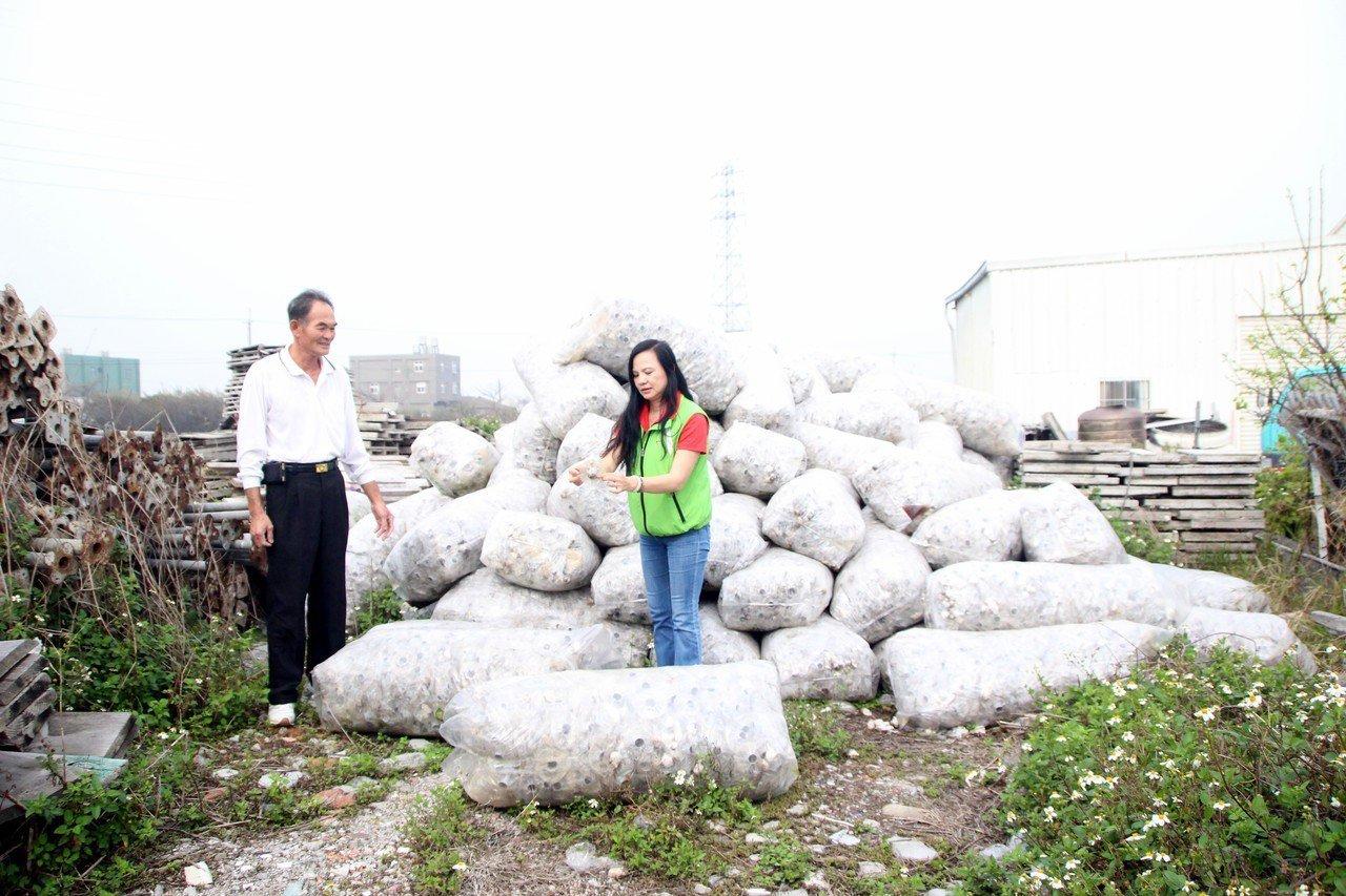 線西一處空地被堆置超過50大包廢棄太空包,土地使用人不知道如何處理。記者林敬家/...