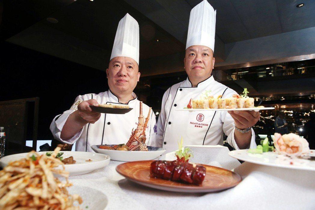君品頤宮摘下台灣唯一的米其林三星,主廚陳偉強(右)和陳泰榮(左)受訪。 記者邱德...