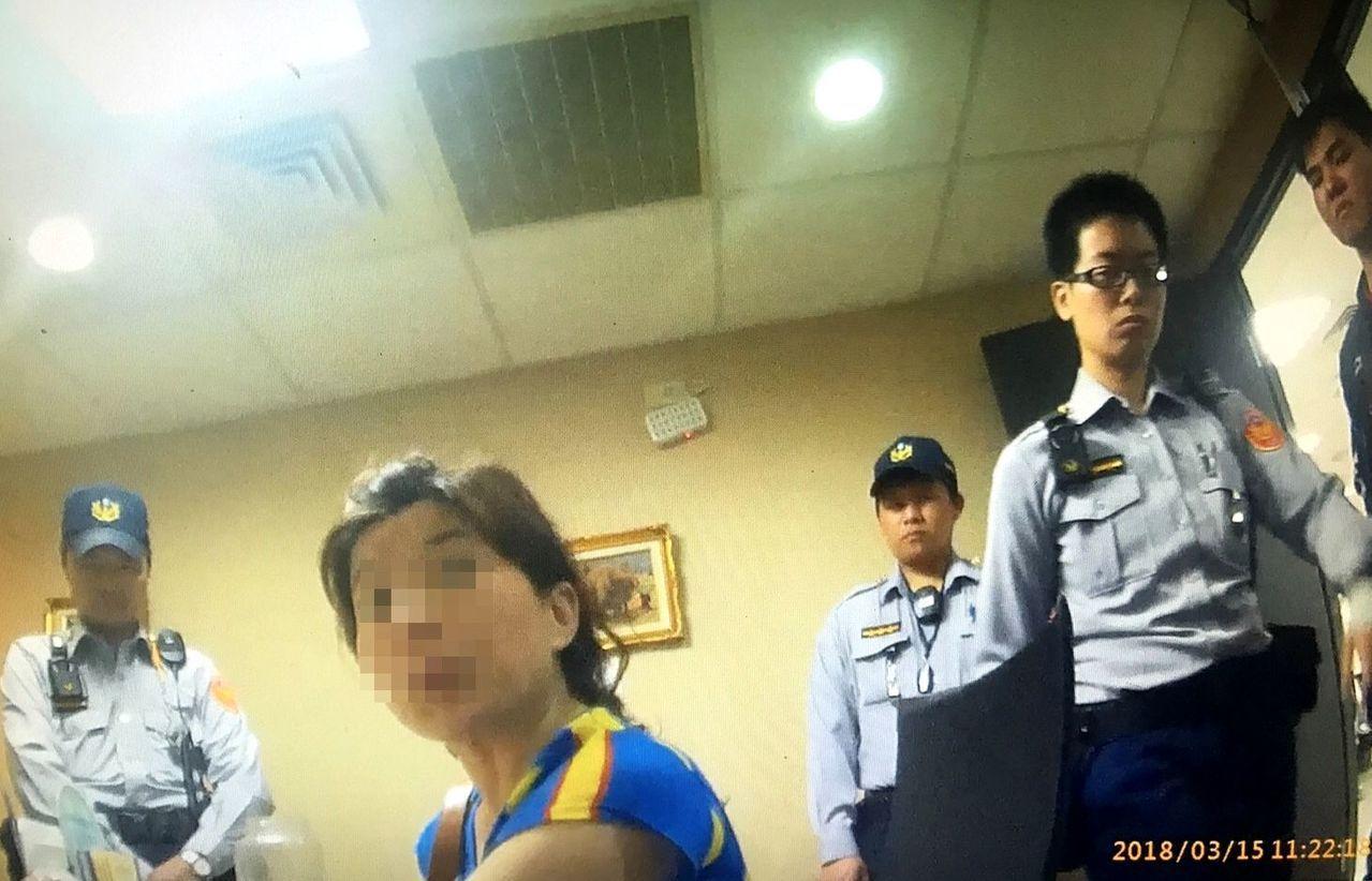 博愛派出所警員等據報後趕往現場,成功攔阻了一場愛情詐騙案,記者邵心杰/翻攝