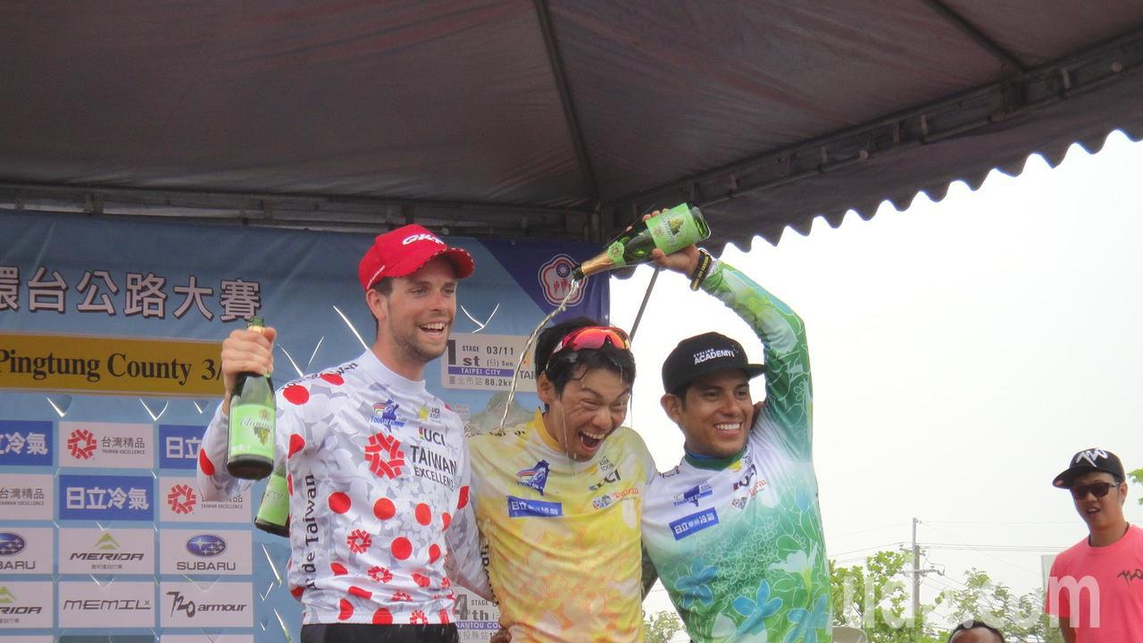 國際自由車環台賽第五站屏東縣站獲獎的比利時席貝爾隊吉米(左起)、日本國家隊新城幸...