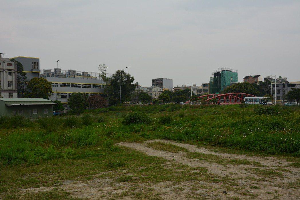 座落竹北高中後方的近一公頃土地要興建新竹縣競速直排輪溜冰場,已流標多次。記者林家...