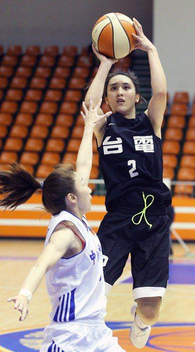郭佳紋躍起跳投,她已連續4場得分達兩位數。 記者陳正興/攝影