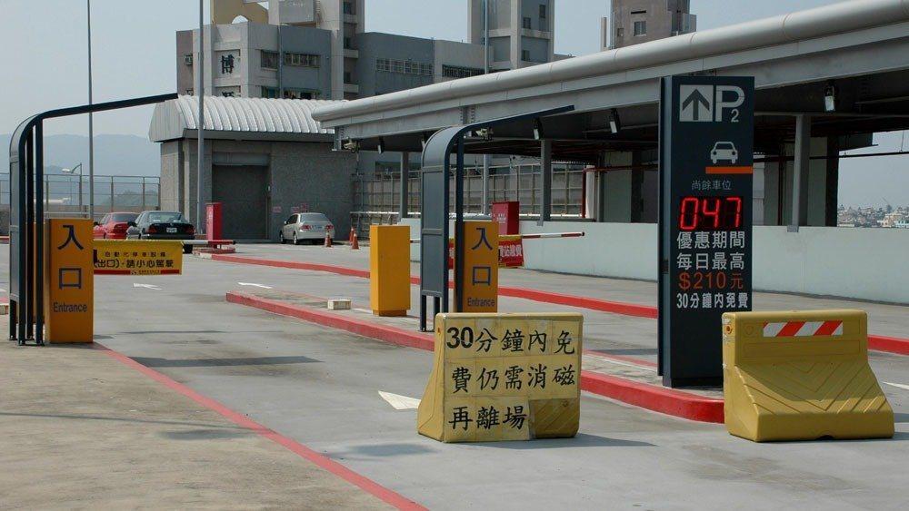 37歲的王姓男子不想付停車費,竟利用停車場「機車30分鐘內免費」規定鑽漏洞,隨便...