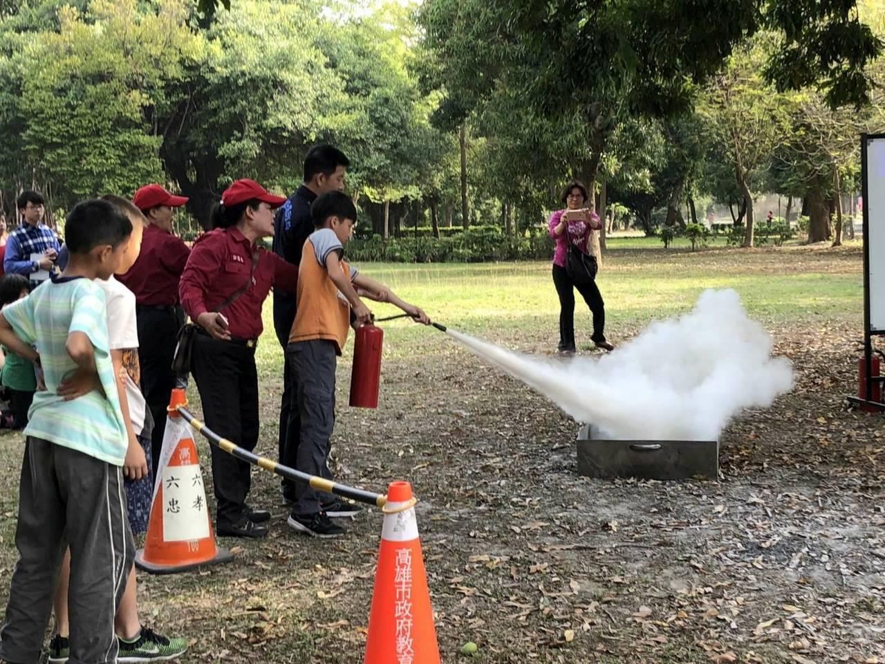興糖國小學童在消防人員指導下,操作使用滅火器。圖/橋頭消防分隊提供