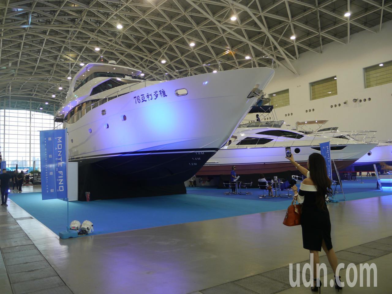 「維多利亞76」是室內展場內尺寸最大的遊艇。記者徐白櫻/攝影