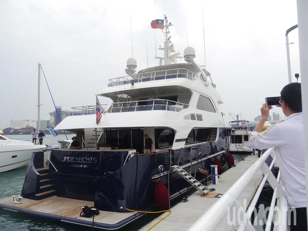中信造船集團推出「JADE YACHTS」參展,船高約4層樓。記者徐白櫻/攝影