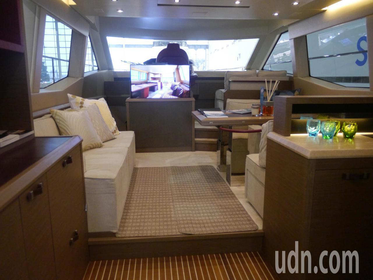 遊艇內部起居室,設計舒適簡約。記者徐白櫻/攝影