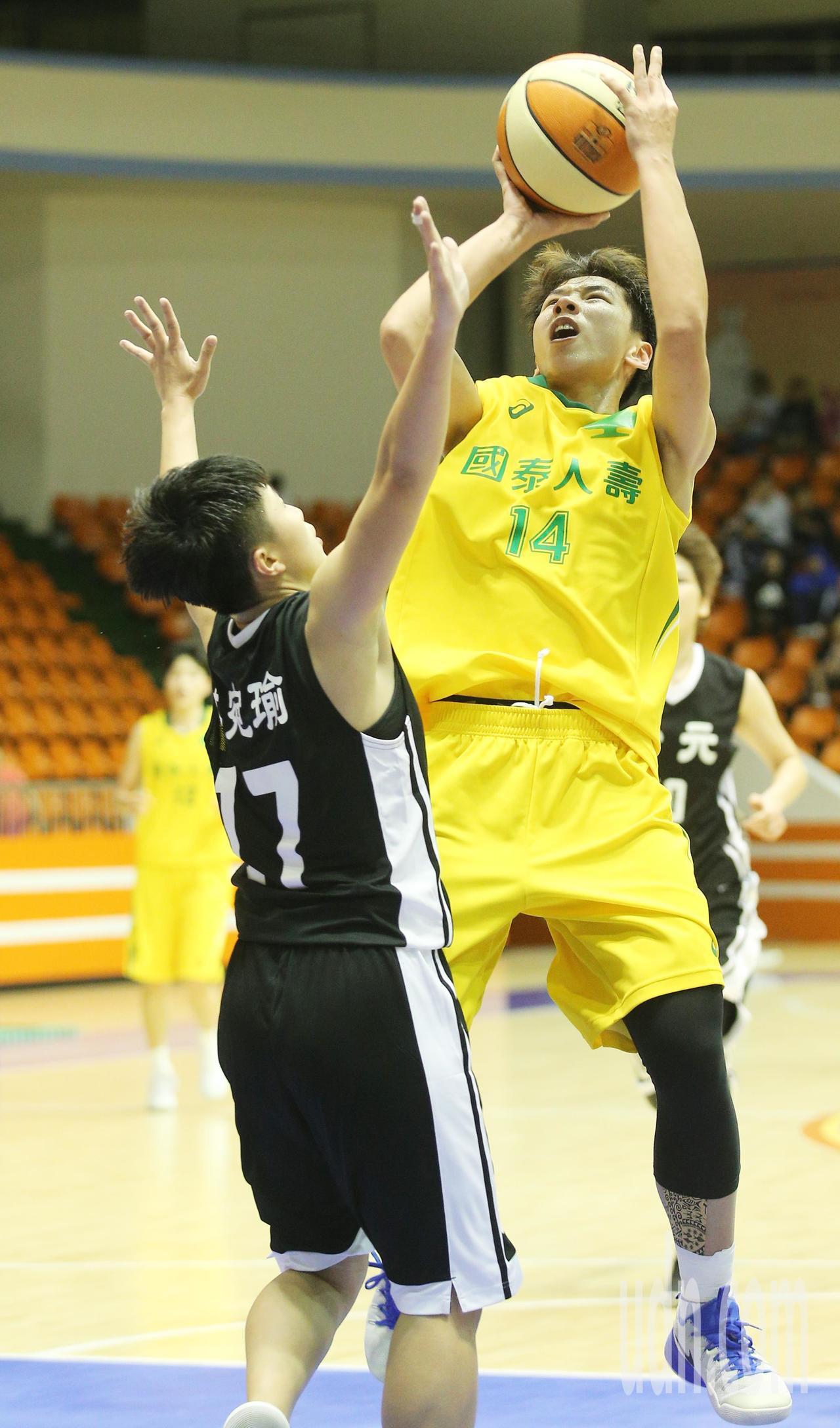 WSBL\國泰人壽對台元晚上在板橋體育館舉行,國泰人壽黃英利(右)飛身後仰跳投。...