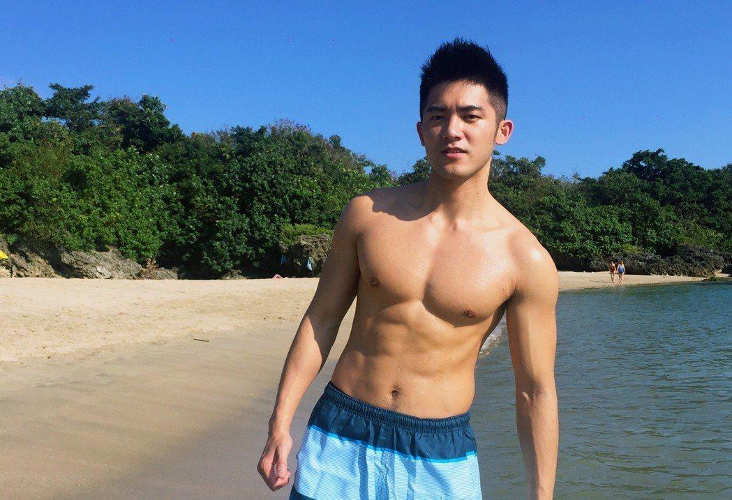 林冠宇海灘拍戲被讚是「海灘發電肌」。圖/賢叔輯娛樂提供