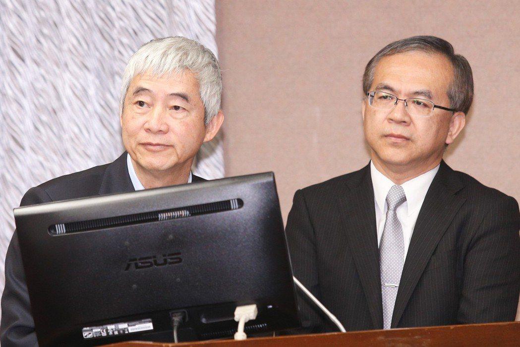 交通部長賀陳旦(左)昨天表示,蘇花改不可能再提前開放大客車通行。 記者林...