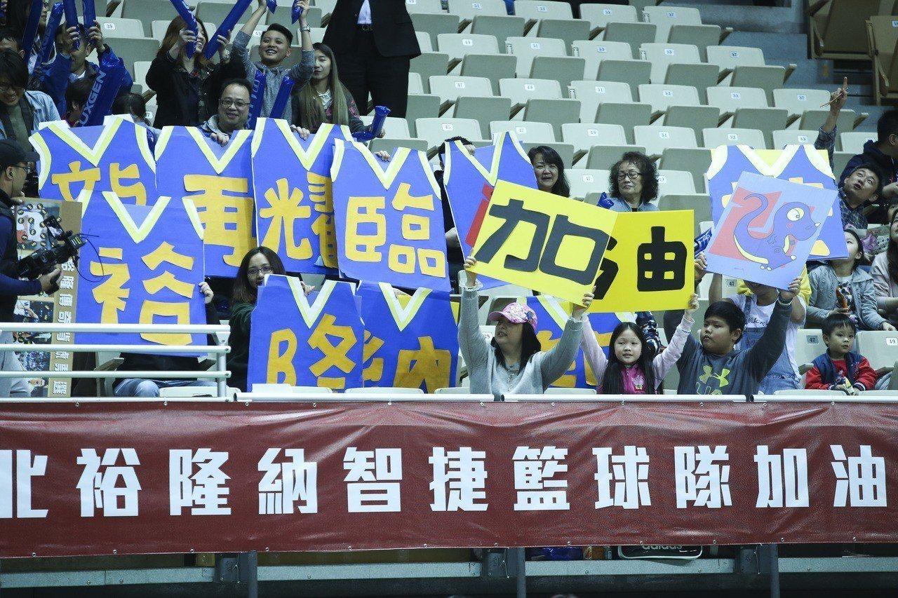 SBL 超級籃球聯賽,裕隆對戰台啤,球迷帶看板為裕隆加油。 記者楊萬雲/攝影