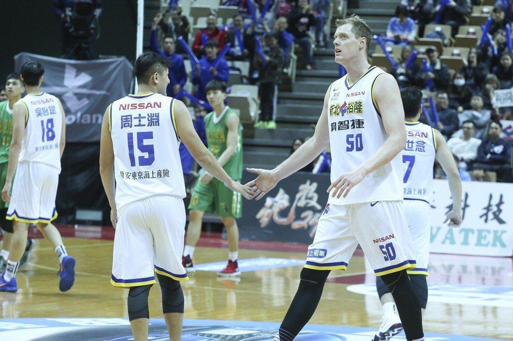 SBL 超級籃球聯賽,裕隆對戰台啤,裕隆奈維爾(右)拿下19分。 記者楊萬雲/攝...