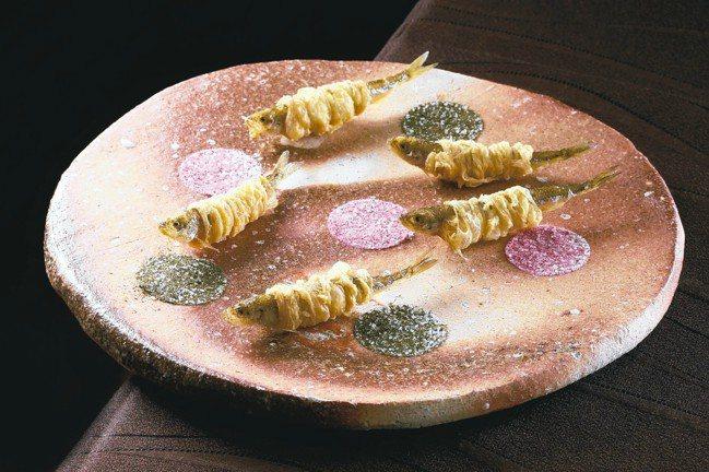 祥雲龍吟的北海道公魚料理,生動宛如徜徉於櫻花花海中般愜意。 圖/各業者提供