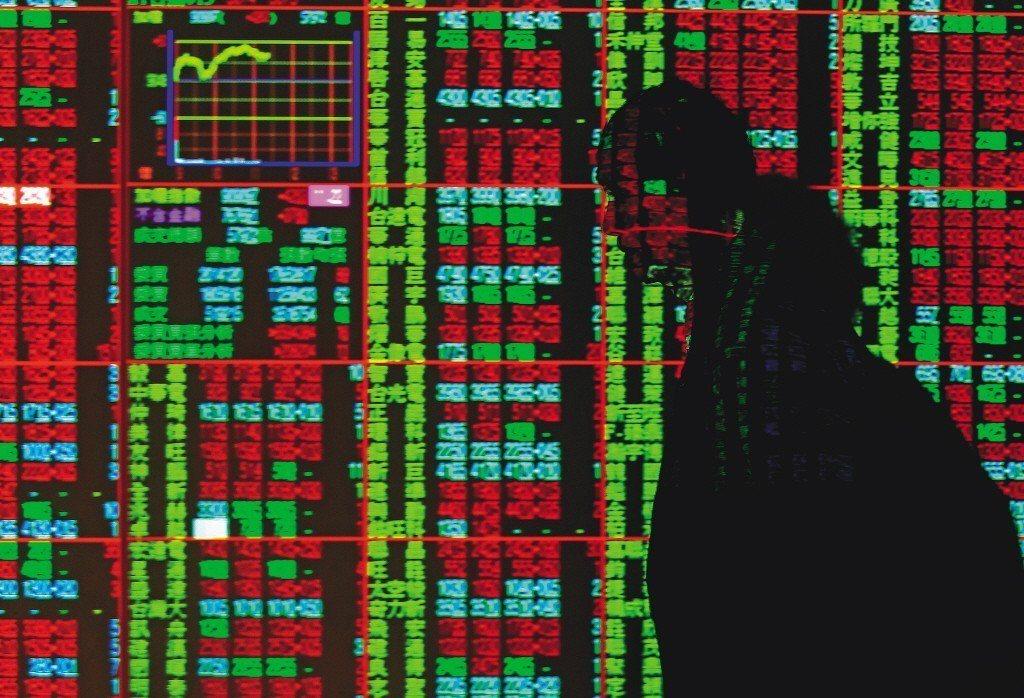 台股今日開低震盪走低,失守5日線及11000點。 聯合報系資料照