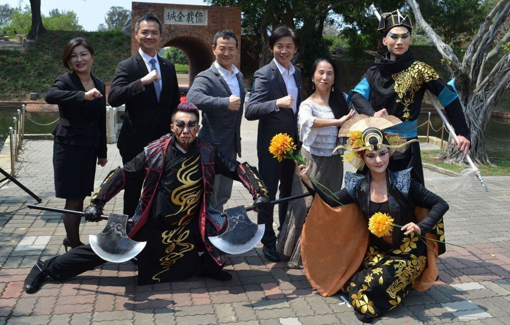 葉澤山局長(後排右三)、吳興國導演(後排左三)與貴賓及演員合影。 陳慧明  攝影