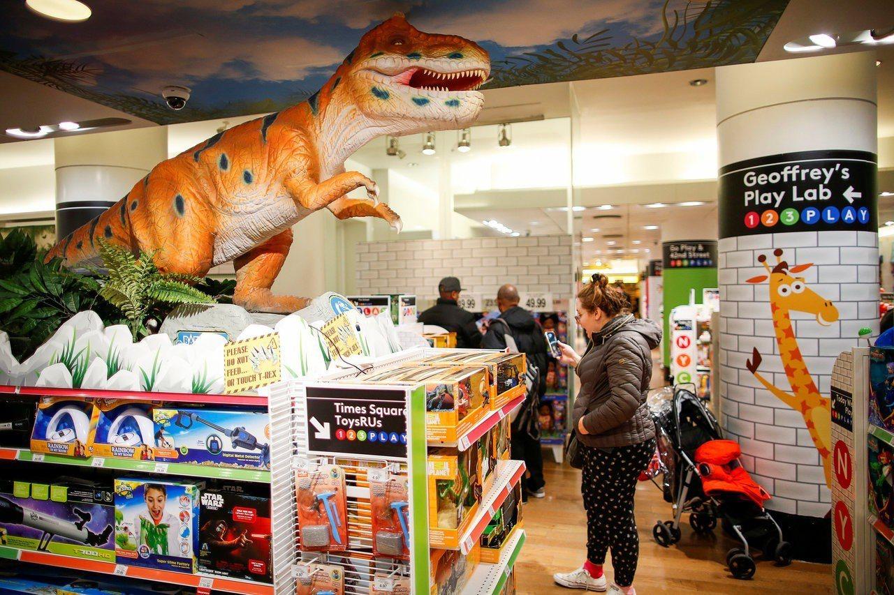 玩具反斗城要關門,禮物卡30天作廢,消費者搶購(兌)很多人不捨。 路透社