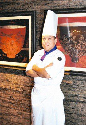 頤宮總主廚陳偉強表示,因為家境不好,自己12歲開始進廚房當幫手,切菜、打雞蛋、洗...