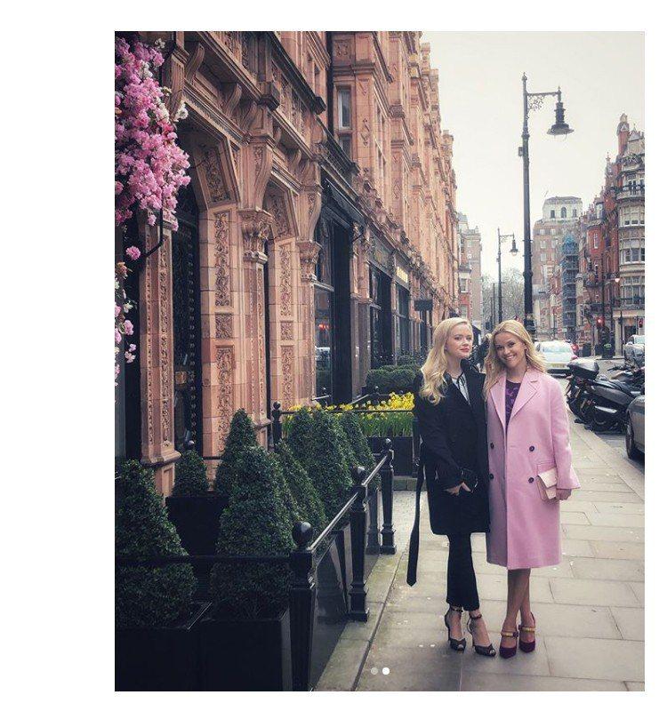 瑞絲薇斯朋(右)與女兒Ava。圖/擷自instagram