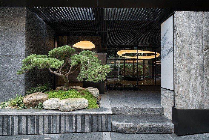 「東騰藍」外觀與公設皆由建築大師李天鐸所規劃,以石材、木質色調,展現高雅氣度。...
