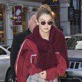 Gigi Hadid、席琳娜都披厚重毛衣出門 是不是分手覺得冷?