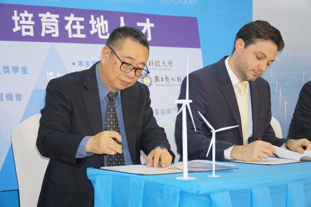 沃旭能源亞太區總經理柏森文(右)與大葉大學校長梁卓中(左)代表雙方簽約 大葉大學...