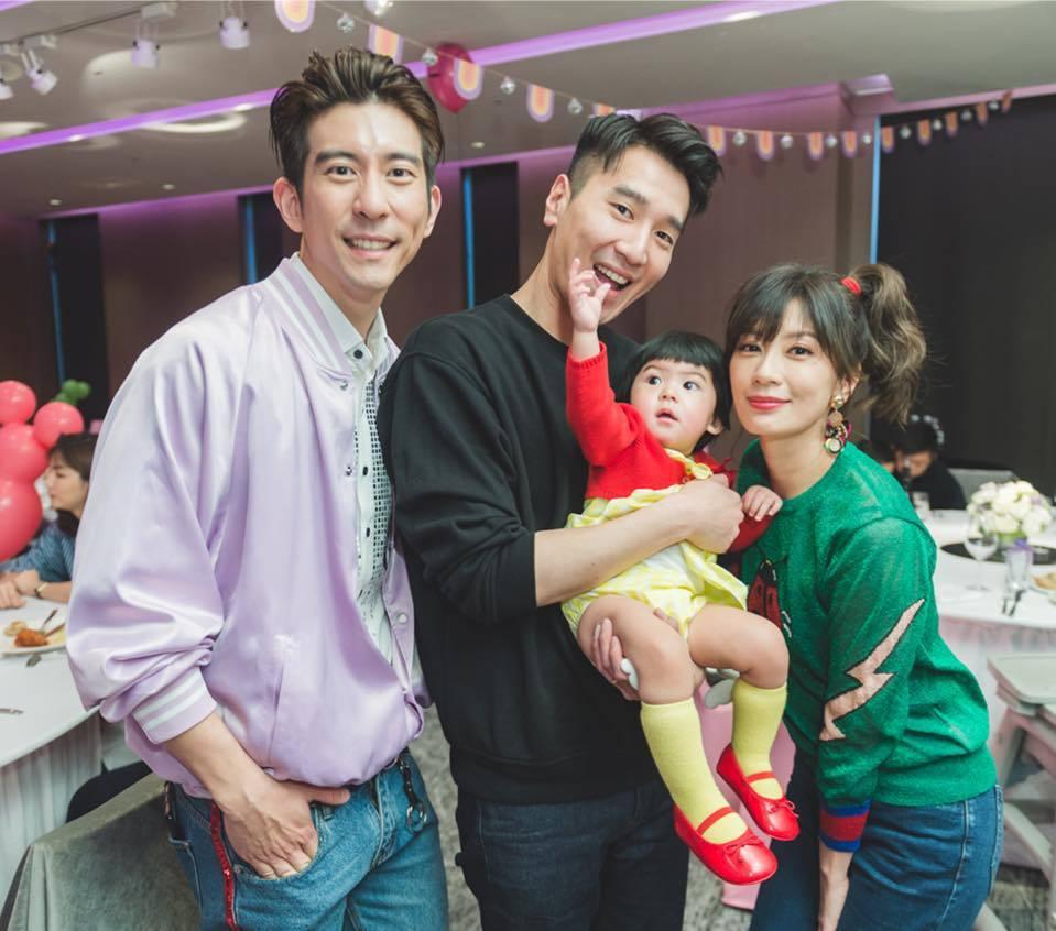 趙又廷抱著Bo妞。圖/擷自賈靜雯臉書