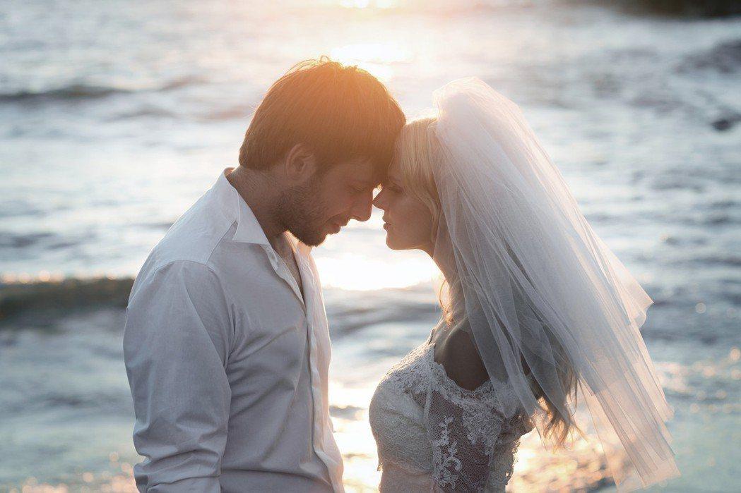 大陸郭老翁準備嫁女兒竟發現女婿才是自己的親生孩子,嫁女瞬間變成娶媳婦,人生劇情超...