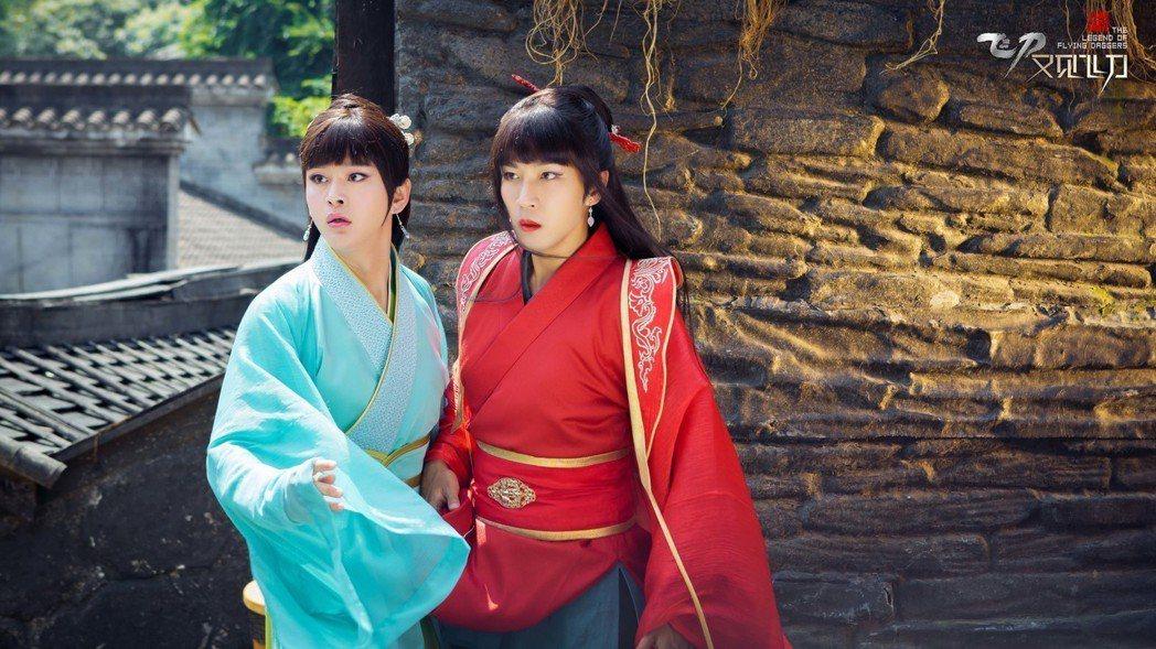 劉愷威(右)在劇中男扮女裝。圖/鑫盛傳媒提供