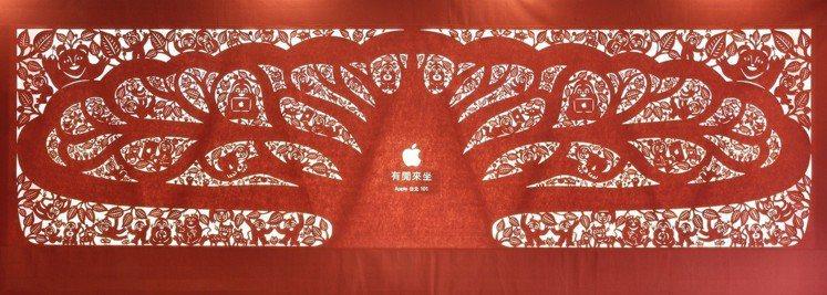 楊士毅為蘋果直營店創作的「有閒來坐」。圖/楊士毅提供
