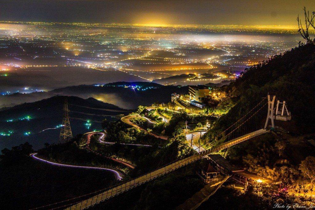 嘉義太平雲梯裝置近千個LED七彩燈條,夜間在闃黑的山區大放光明,對周遭動物棲息環...