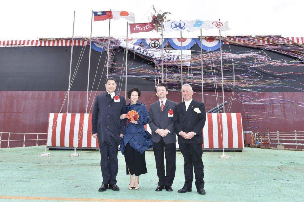 3月16日在日本大島船廠舉行命名交船儀式,左起台泥集團張安平董事長、雲朗集團國際...