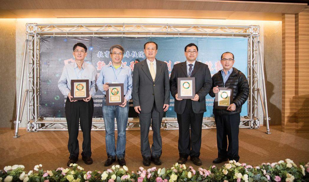 南臺科大校長盧燈茂(左三)頒贈感謝狀予贊助廠商代表。 南臺科大/提供