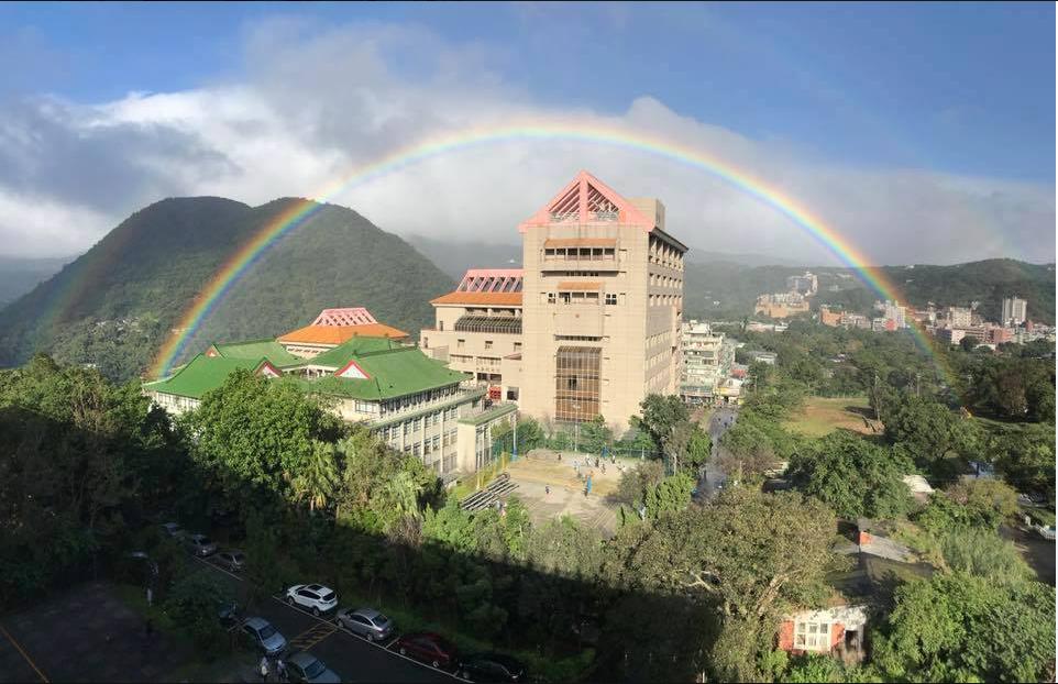 文化大學彩虹持續時間長達近9小時,目前已經正式獲得金氏世界紀錄認證,成為全世界最...
