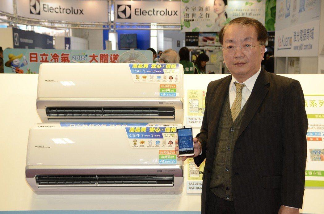 台灣日立江森自控空調總經理李政平展示APP雲端智慧控制系統。 業者/提供