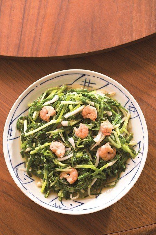 新鮮なエシャロットの葉をガチョウ油で炒め、スベスベエビを添えた料理からは素敵な香...