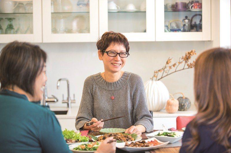 蔡珠児さんは友達と食卓を囲みながらあれこれ語るのが大好きで、幸せなコミュニケーシ...