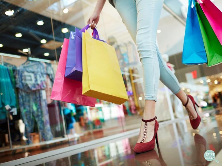 吸引女性族群消費,最簡潔、不囉唆的超強吸引原則是特價促銷,然而女性對生活用品的價...