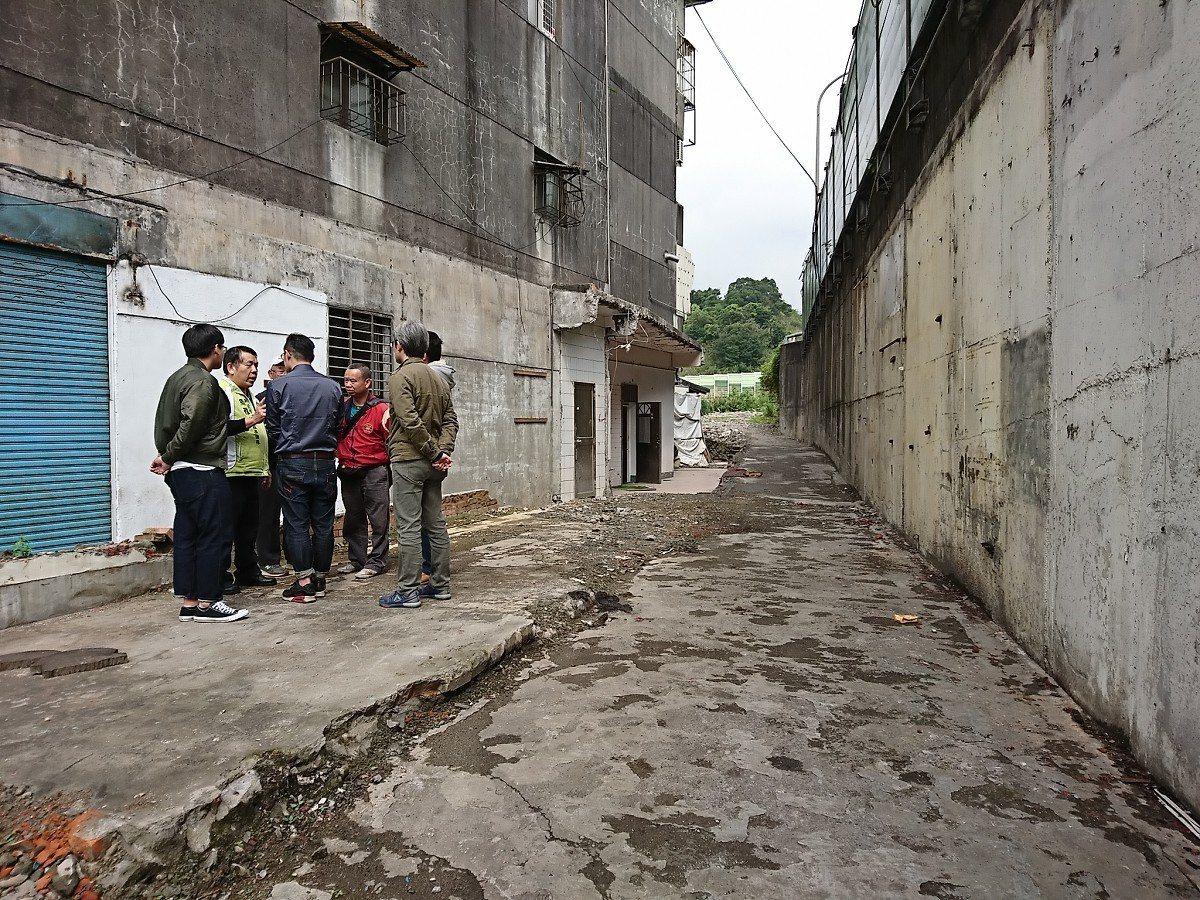 汐止長江街涵洞旁高公局用地,之前遭民眾佔用,在限期拆除後,下大雨水進民宅、地面也...