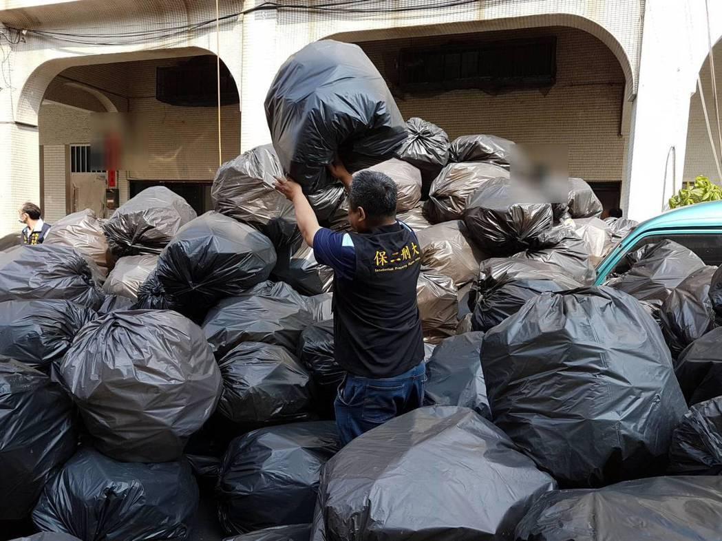檢警查獲仿冒丹楓礦泉水瓶140多瓶、製造機具、客戶名單、瓶蓋2,850個、紙箱2...