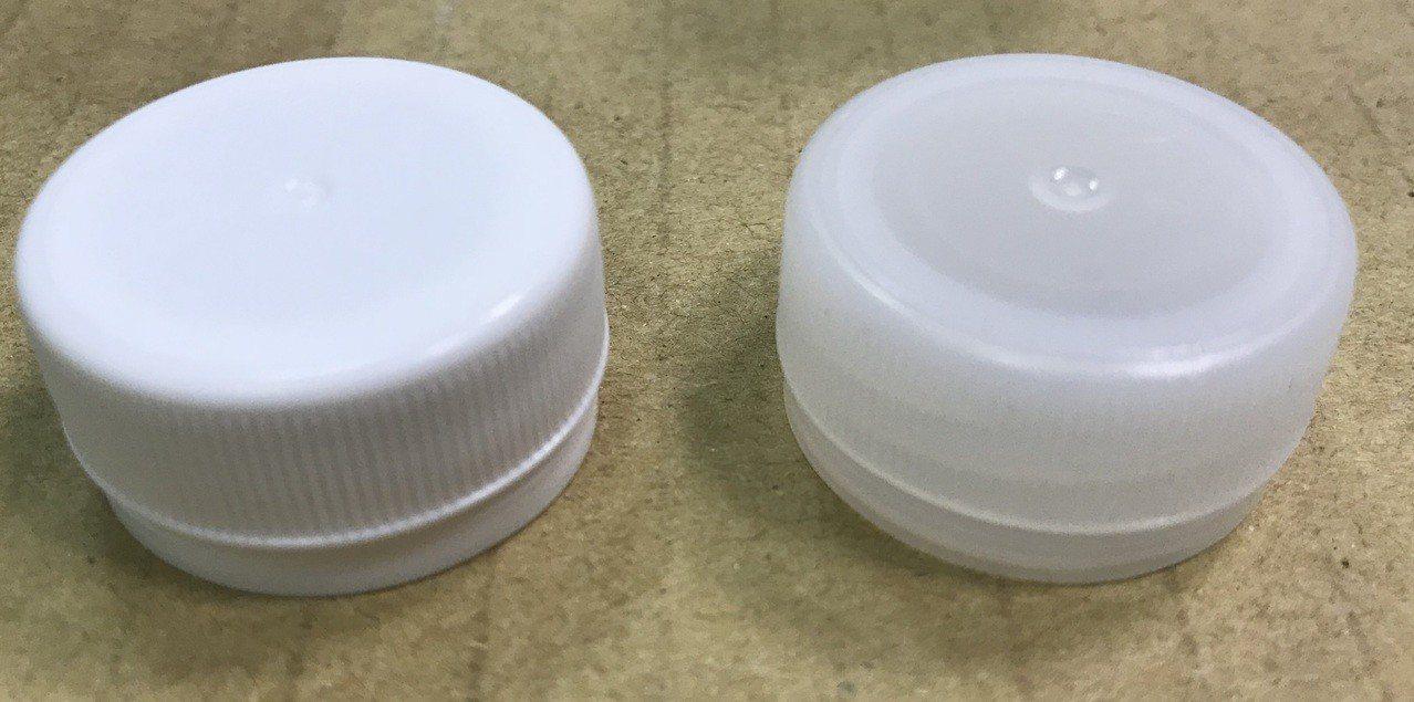 原廠的丹楓之水的瓶蓋較為透明(右),非原廠的瓶蓋較白(左),其餘的外觀完全沒辦法...