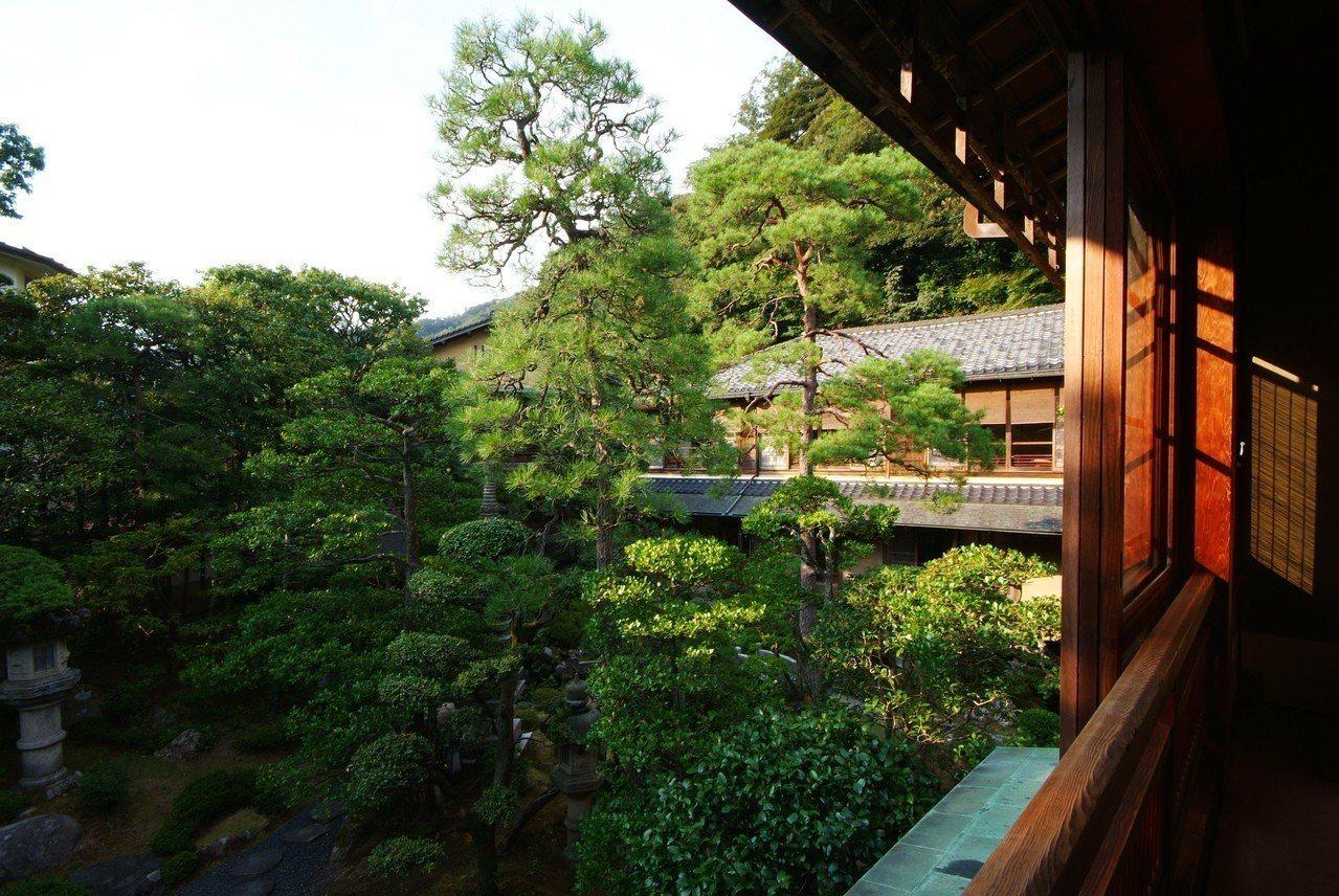 曾入選日本溫泉百選旅館的西村屋,擁有5萬坪森林庭園。有行旅提供