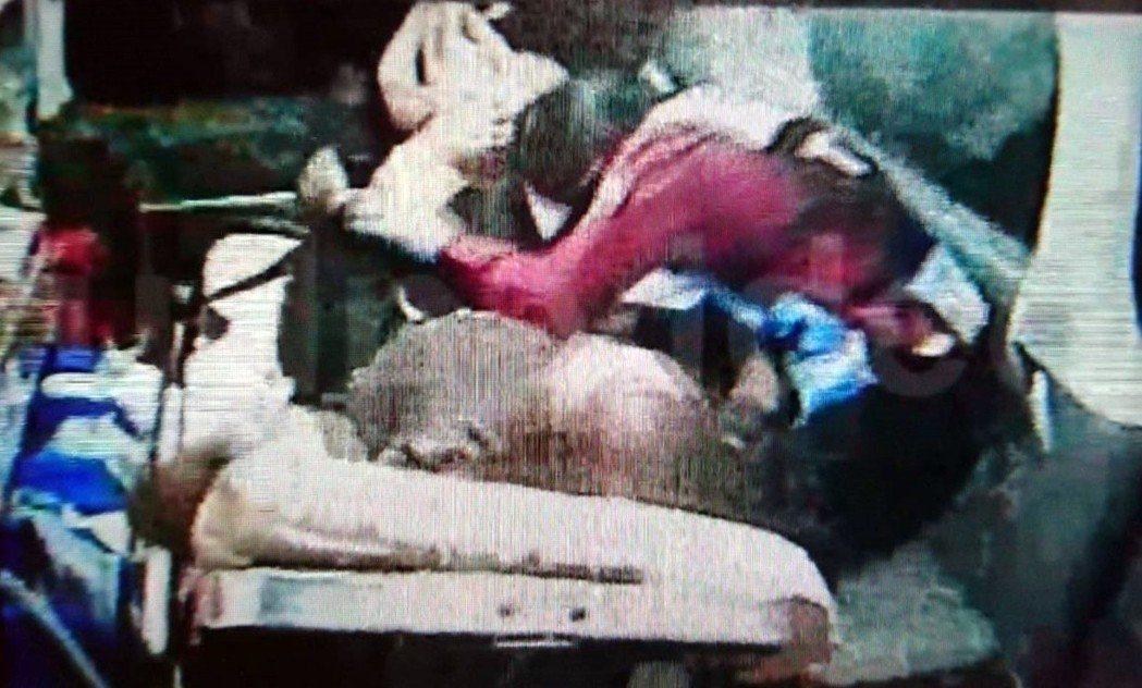 姜妻一路緊挨在擔架上的先生身旁,雙手合十不斷禱告,但姜到院搶救後仍回天乏術。圖/...